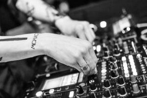 Az esküvő DJ kiváló hangulatot biztosít